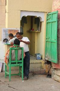 400px-A_barber_shop_in_Varanasi
